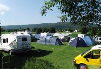 Wohnwagen, Wohnmobile und Zelte gemischt