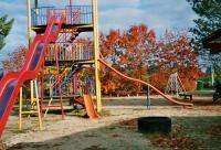 Spielplatz im Herbst mit Riesenrutsche