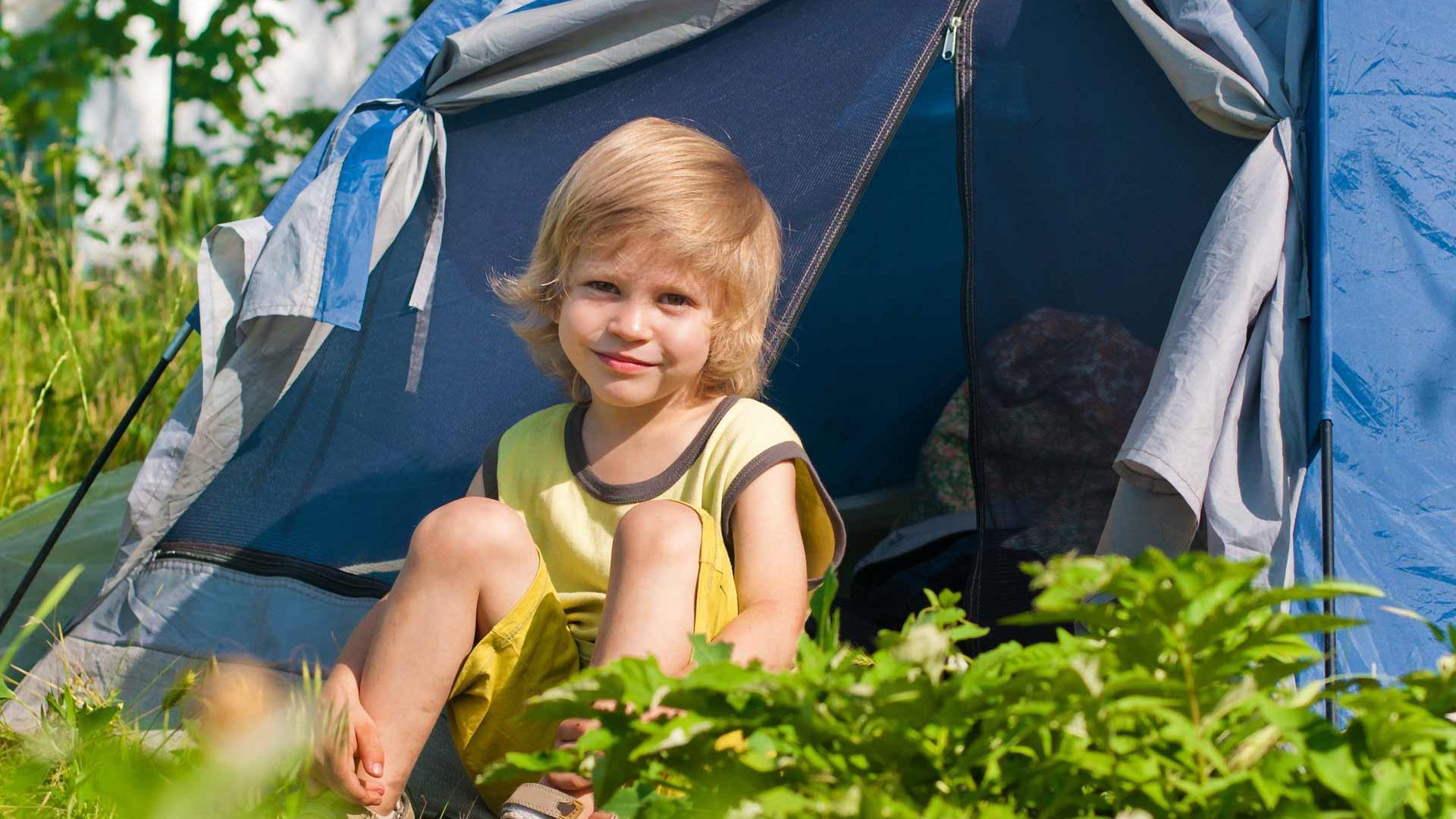 Camping in Niedersachsen - Kind vor Zelt