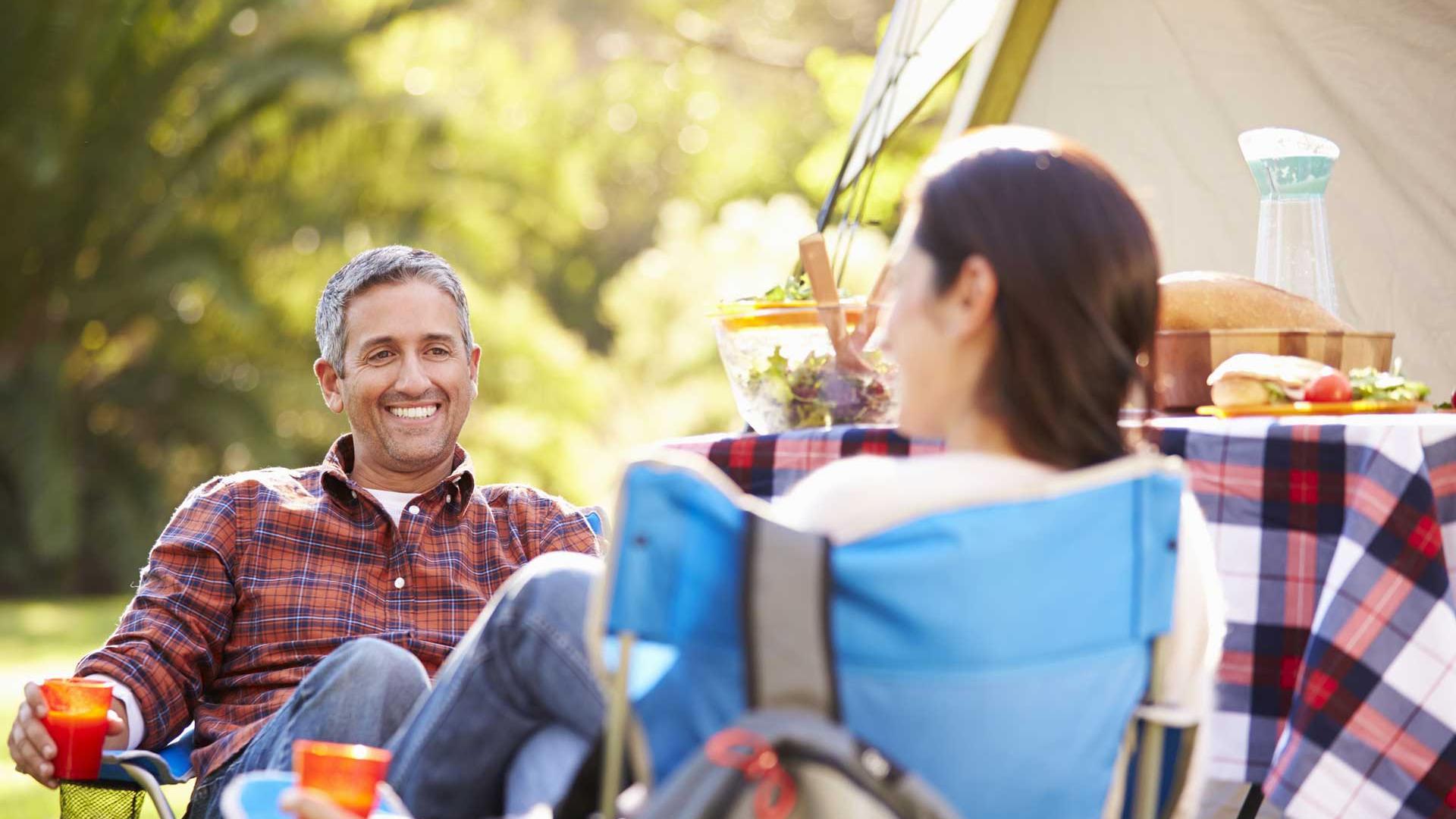 Camping in Niedersachsen - Paar beim Picknick