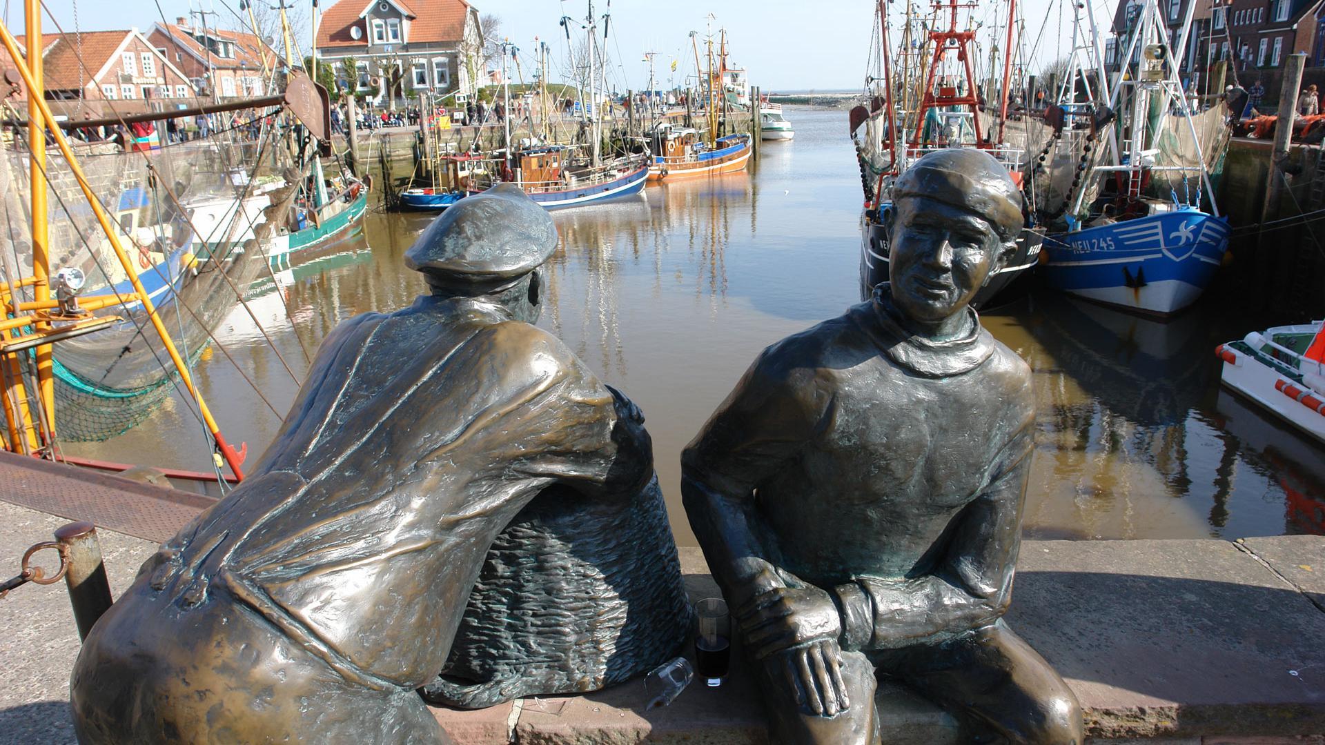 Ostfriesland - Statuen im Hafen von Neuharlingersiel