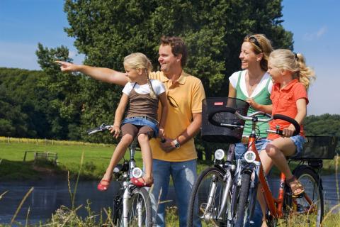 Emsland Radlerfamilie bei Lingenc