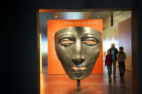 Maskennachbildung Eingang Museum Kalkriese