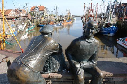 Statuen im Hafen von Neuharlingersiel